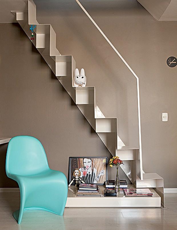 No apartamento do arquiteto Mauricio Karam, a antiga escada caracol deu lugar a outra mais estreita, com degraus alternados. Sob ela, fica um aparador baixinho, que organiza livros e revistas (Foto: Edu Castello/Casa e Jardim)