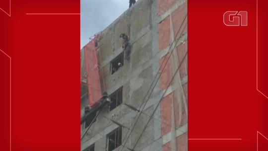 Operários ficam pendurados em construção de hotel após elevador cair em Ijuí; veja vídeo