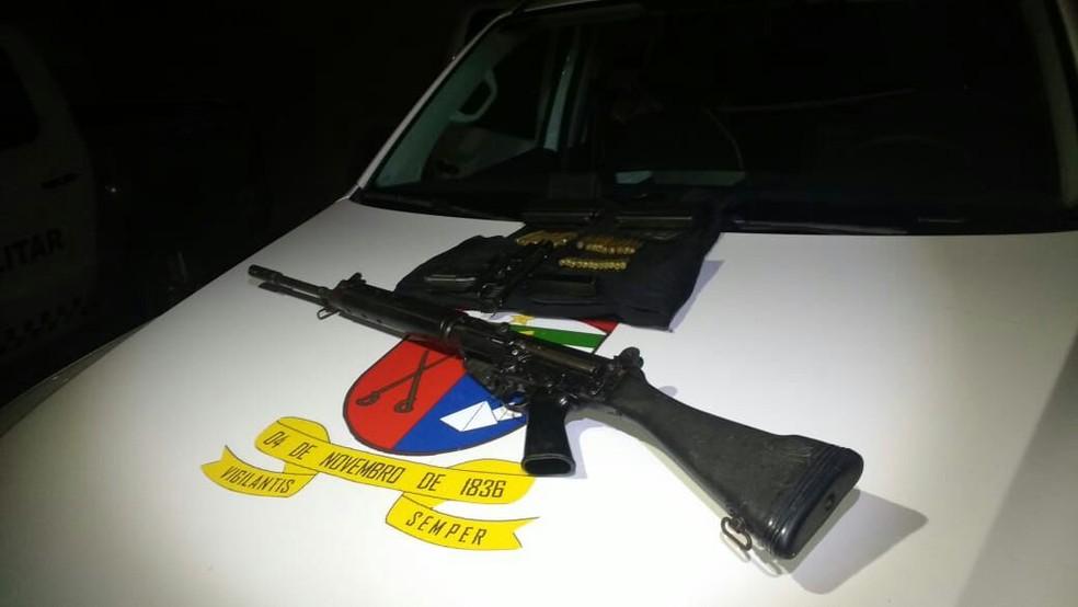 Fuzil do exercito argentino apreendido com suspeitos na Grande Natal (Foto: PM/Divulgação)