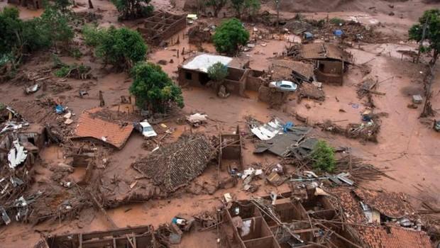 Tanto a barragem de Mariana (MG), que se rompeu em 2015, quanto a barragem de Brumadinho (MG), eram classificadas como de 'baixo risco' de rompimento nos registros da Agência Nacional de Mineração (Foto: CHRISTOPHE SIMON/AFP via BBC)