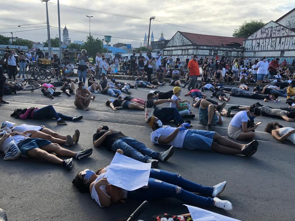 Manifestantes deitaram na rua, na frente do prédio onde Miguel Otávio caiu do 9º andar, durante protesto, nesta sexta (5)P, no Centro do Recife — Foto: Pedro Alves/G1