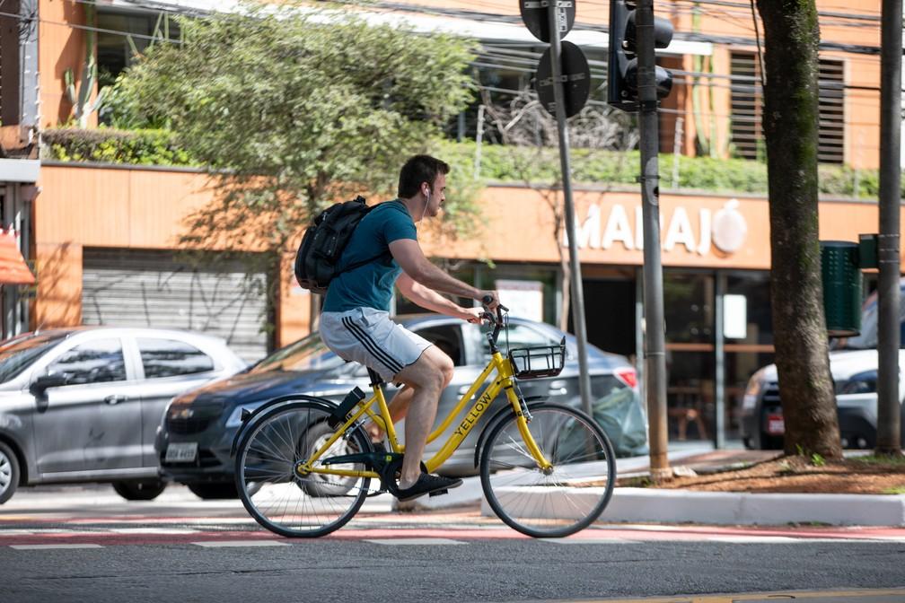 Bicicletas compartilhadas também devem ser utilizadas dentros das leis de trânsito — Foto: Marcelo Brandt/G1