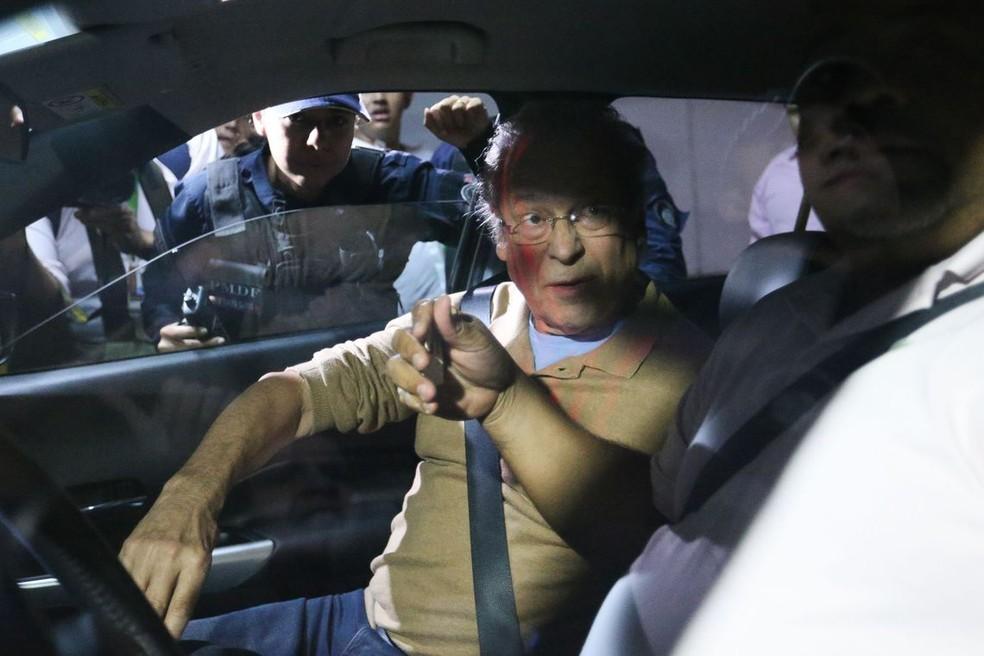 O ex-ministro José Dirceu ao chegar ao prédio onde morou, em Brasília, depois de ter sido libertado da prisão no Paraná, em maio do ano passado (Foto: Fabio Pozzebom / Agência Brasil)