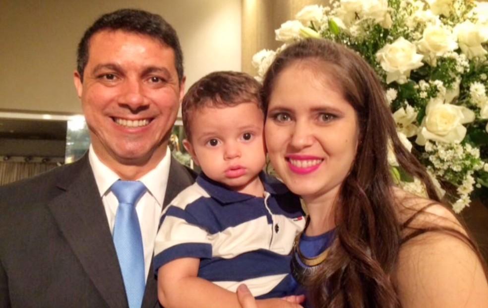 """José, a esposa e o filho: """"Ela não deu nenhum sinal, ninguém esperava por isso"""". — Foto: Arquivo pessoal"""