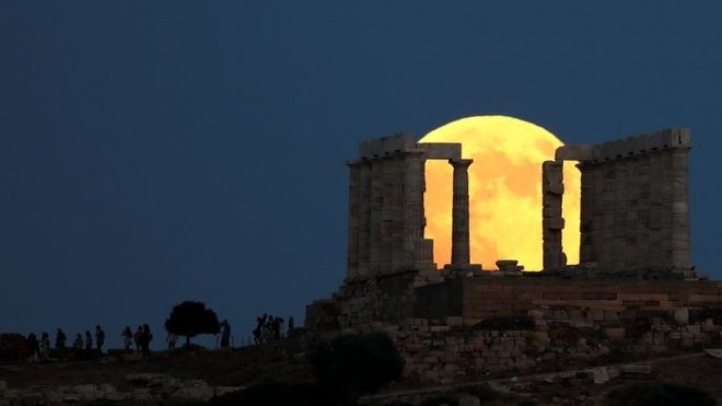 O eclipse da lua visto na Acrópole, em Atenas, na Grécia (Foto: Reuters via BBC)
