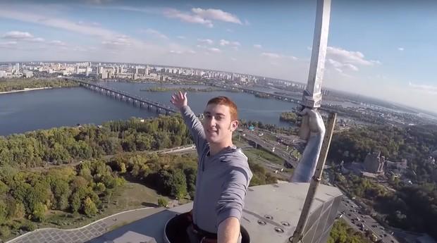 Drew Binsky, jovem que ganha a vida viajando pelo mundo (Foto: Reprodução/Youtube)