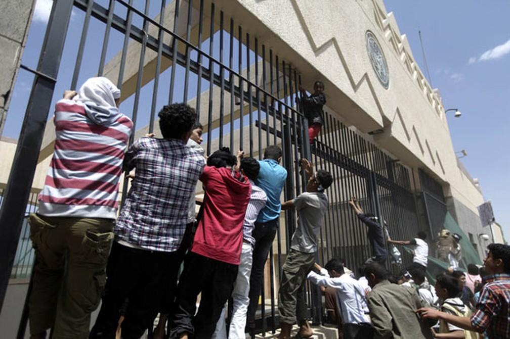 Manifestantes invadiram embaixada dos EUA no Iêmen em 2016 — Foto: Mohamed al-Sayaghi/Reuters