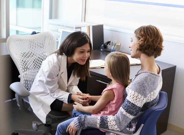 Pais podem ser aliados dos profissionais especializados (Foto: Thinkstock)