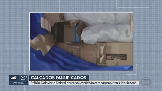 PRF apreende caminhão com tênis falsificados em Betim, na Região Metropolitana de Belo Horizonte