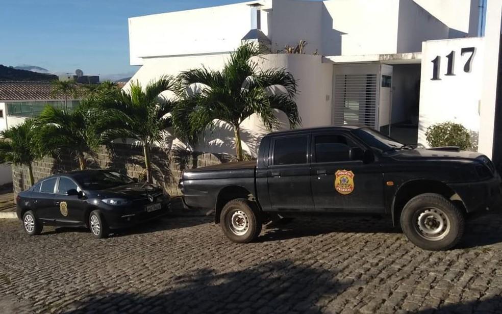 Operação contra fraudes em licitações cumpre mandados de busca e afastamento de função de prefeito de Jequié. — Foto: PF / Divulgação