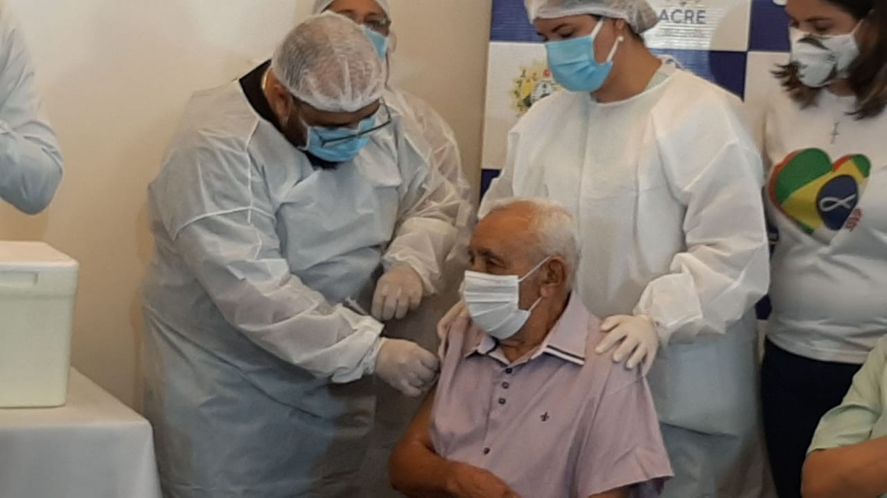 Enfermeira, técnica, indígena e idoso morador de abrigo são os primeiros a tomar vacina contra Covid no Acre