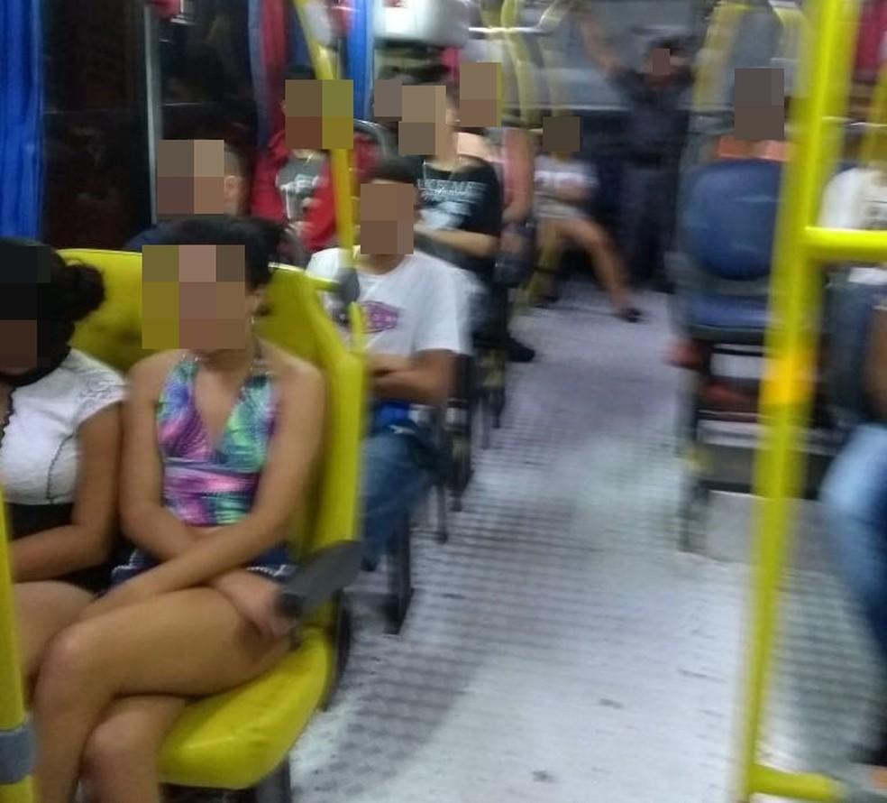 Menores foram levados de ônibus para a Central de Flagrantes (Foto: Divulgação)