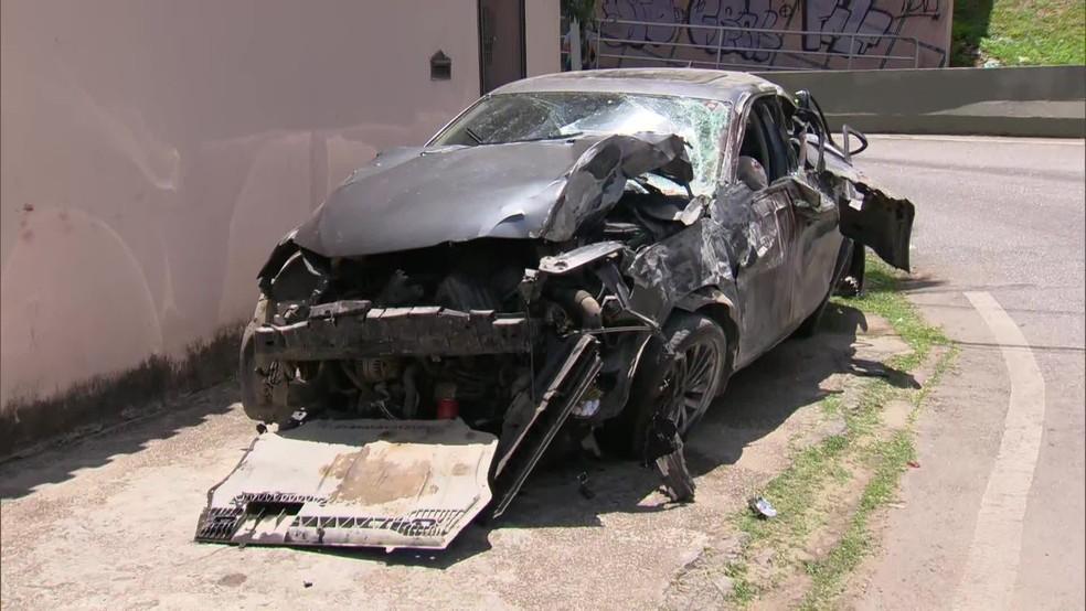 Carro em que jovens estavam ficou destruído — Foto: Reprodução/TV Globo