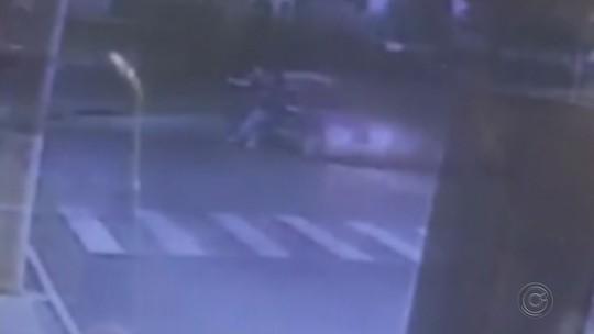 Jovem cai de carro em movimento e sofre traumatismo craniano em Tupã; vídeo
