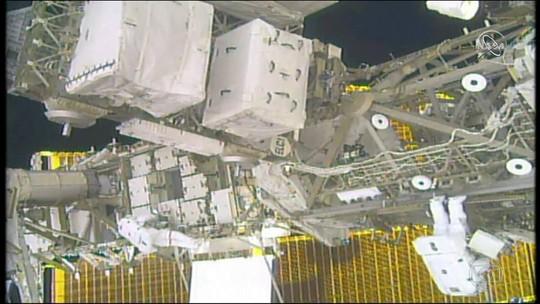 Astronautas fazem caminhada espacial pra substituir baterias da estação internacional