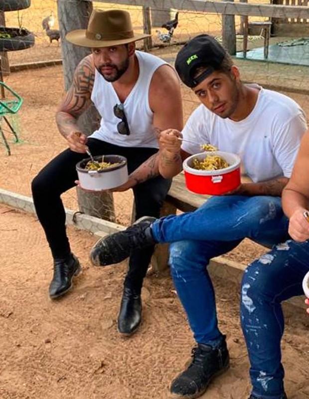 Gusttavo Lima e Zé Felipe se alimentam com marmitas  (Foto: Reprodução/Instagram)