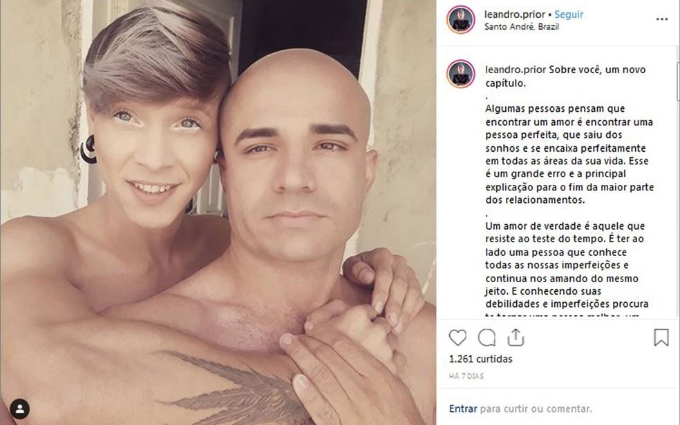 O caça-talentos Elton Luiz e o policial militar Leandro Prior são namorados; o soldado queria usar a farda da PM para pedi-lo em casamento na Parada LGBT, mas a corporação negou — Foto: Reprodução/Arquivo pessoal/Instagram