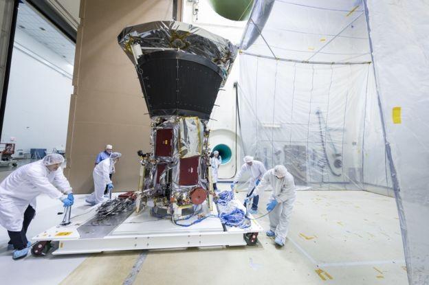Membros da equipe levam a nave para um teste (Foto: NASA/Johns Hopkins Apl/Ed Whitman via BBC)