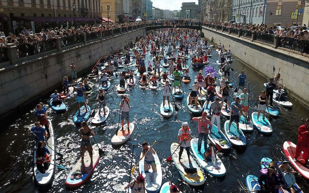 Milhares de pessoas remataram no canal do rio Fontanka — Foto: Getty