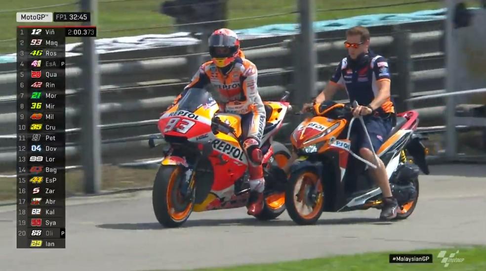 Márquez com problemas mecânicos é empurrado para a garagem... — Foto: Dorna
