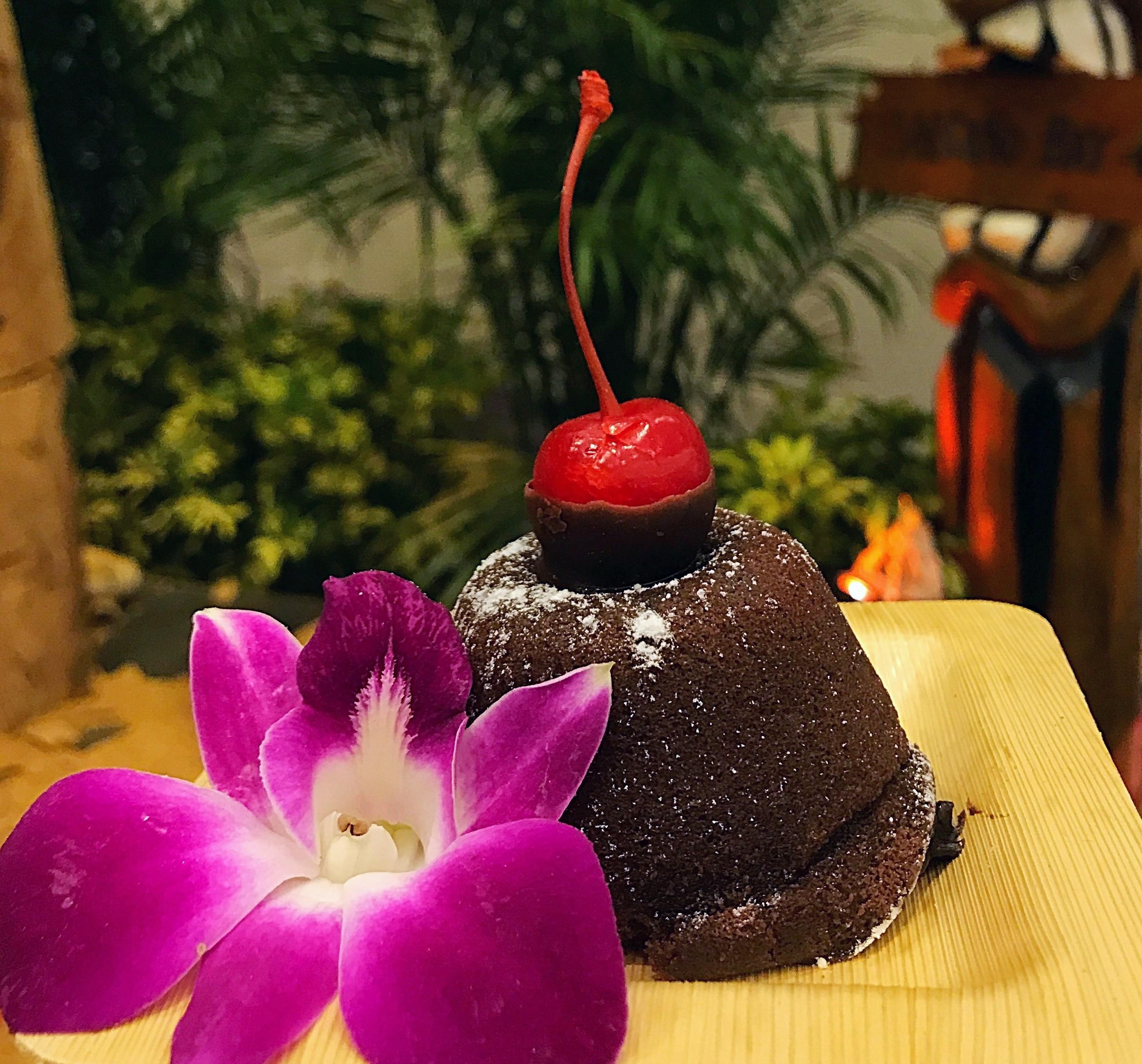 Bolinho de chocolate e abacaxi