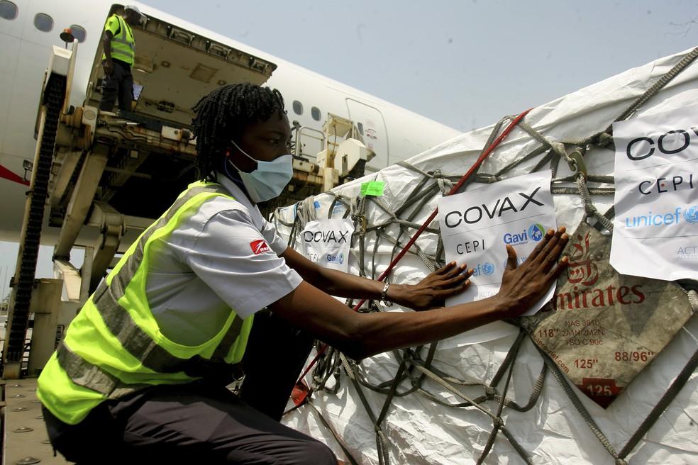 Lote de vacinas contra a Covid-19 da Covax Facility, aliança mundial comandada pela OMS, chega a Abidjan, na Costa do Marfim. em 25 de fevereiro de 2021. País é o 2º do mundo a receber doses da Covax, depois de Gana — Foto: Diomande Ble Blonde/AP