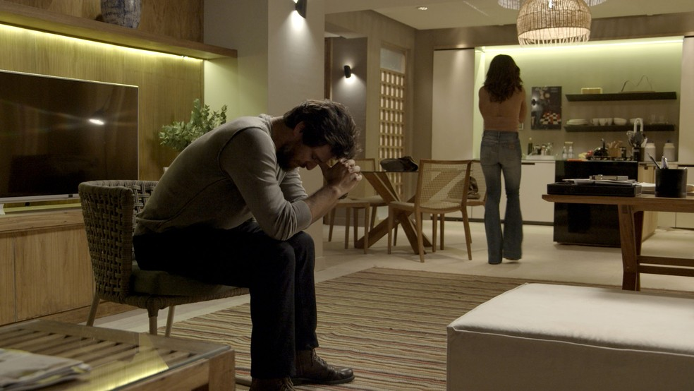 Em 'A Força do Querer', Bibi (Juliana Paes) vai embora e deixa Caio (Rodrigo Lombardi) arrasado — Foto: TV Globo