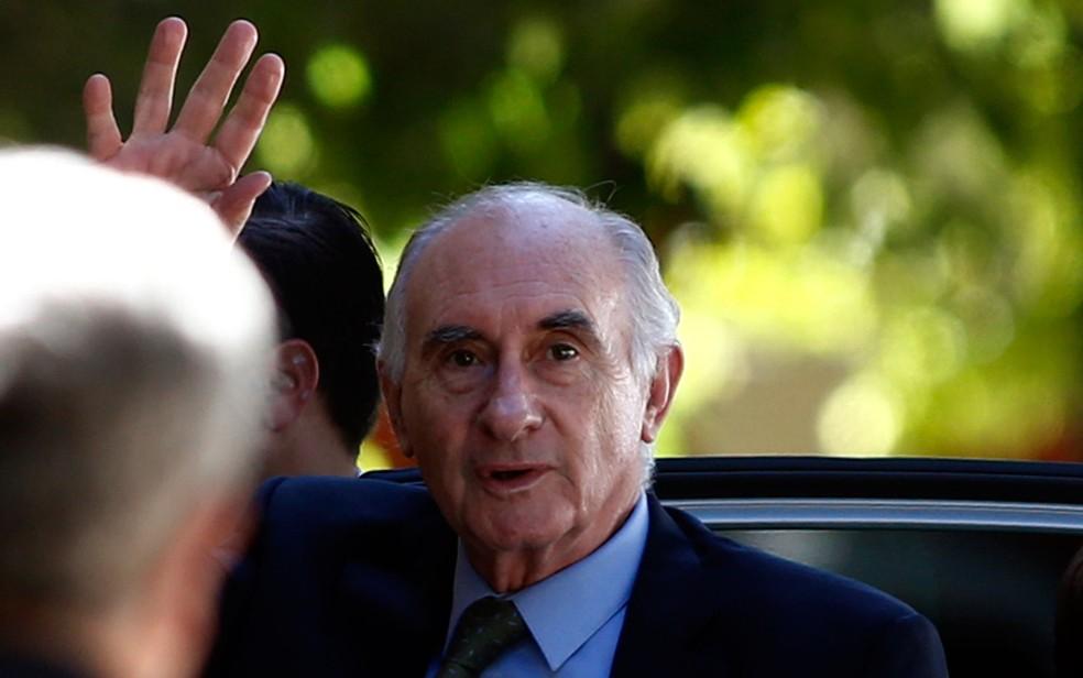 O ex-presidente da Argentina, Fernando de la Rúa, acena ao chegar a um tribunal em Buenos Aires, em 23 de dezembro de 2013 — Foto: Reuters/Marcos Brindicci