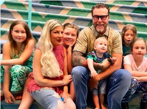 A atriz Tori Spelling com os cinco filhos e o marido (Foto: Instagram)