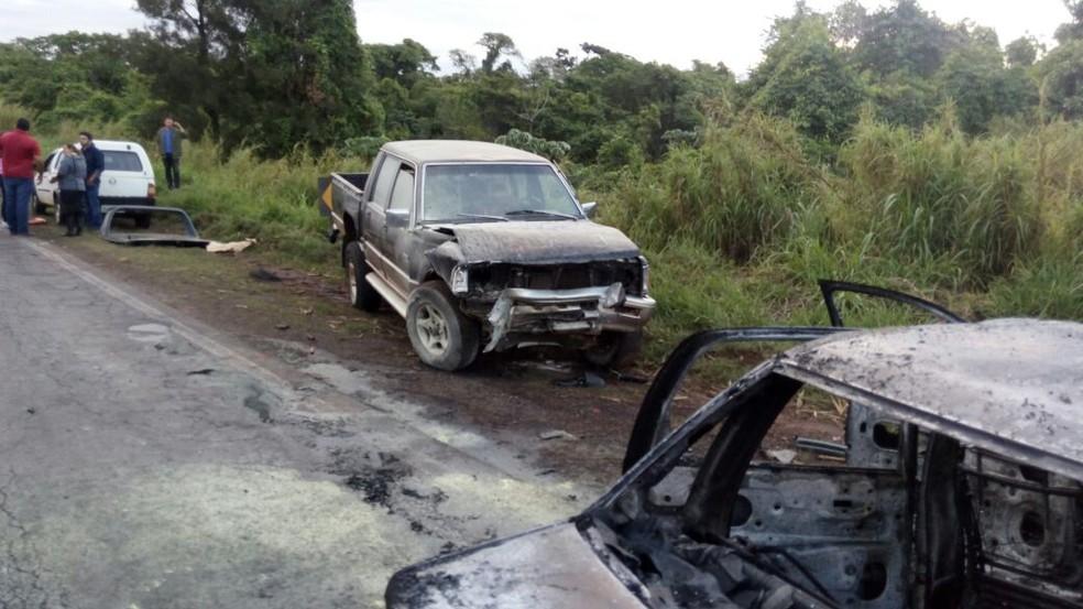 Uma pessoa morreu e outras três pessoas ficaram feridas em acidente na SP-255 em Pratânia (Foto: Corpo de Bombeiros / Divulgação)
