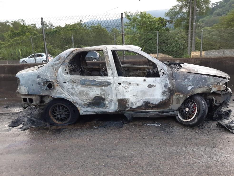 Carro ficou destruído após pegar fogo com colisão na altura de pedágio  — Foto: Divulgação/PM