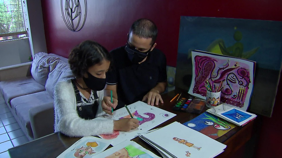 Marina e o pai, André, desenham e criam juntos na sala de casa — Foto: Reprodução/TV Globo