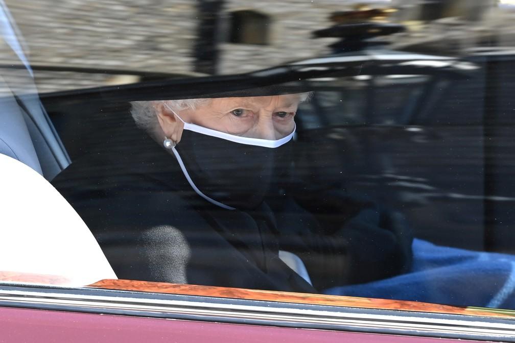 Rainha Elizabeth II, casada por mais de 70 anos com Philip, é a última a seguir no cortejo durante o funeral de 17 de abril de 2021 — Foto: Leon Neal/Pool/Reuters