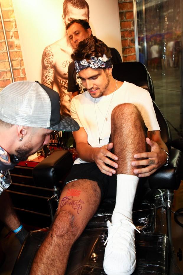 Caio Castro faz tatuagem no Sambódromo (Foto: Marcos Ribas / Brazil News)