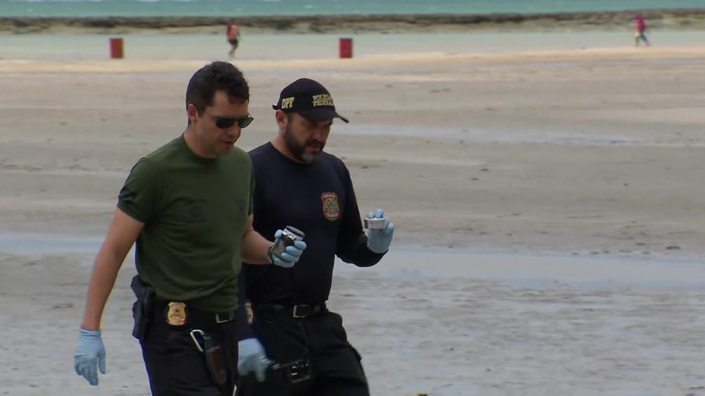 Peritos da Polícia Federal foram a Carneiros recolher amostras das manchas de óleo, nesta sexta-feira (18) — Foto: Reprodução/TV Globo