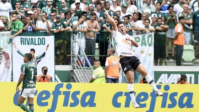 Danilo Avelar comemora gol do Corinthians contra o Palmeiras de Dudu