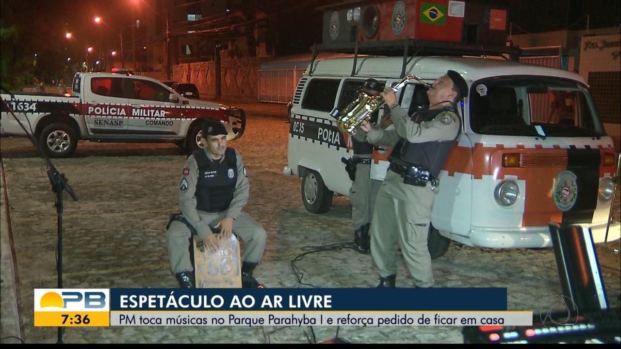 Policiais militares tocam músicas pelas ruas de cidades da Paraíba, durante pandemia de coronavírus