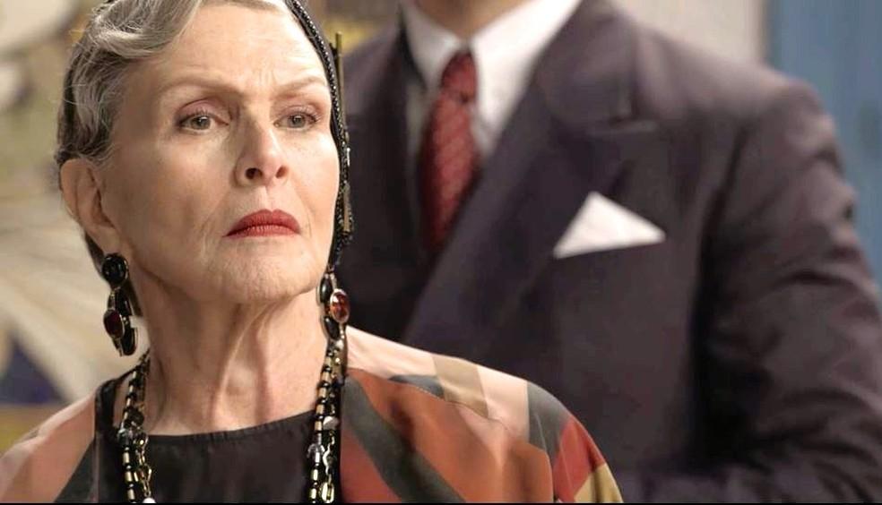 Margot (Irene Ravache) chega no quarto ao ouvir Cris gritando. A jovem a vê como Hildegard e a chama de falsa! — Foto: TVGLOBO