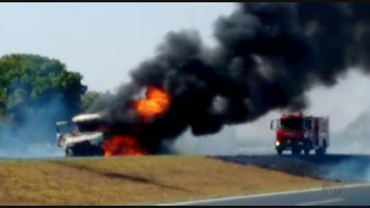 Incêndios prejudicam o tráfego na Rodovia Brigadeiro Faria Lima em Barretos, SP
