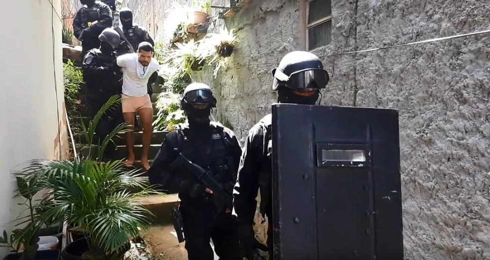 Suspeito foi escoltado por agentes de Bope após se render (Foto: Alberto Maraux/ SSP-BA)