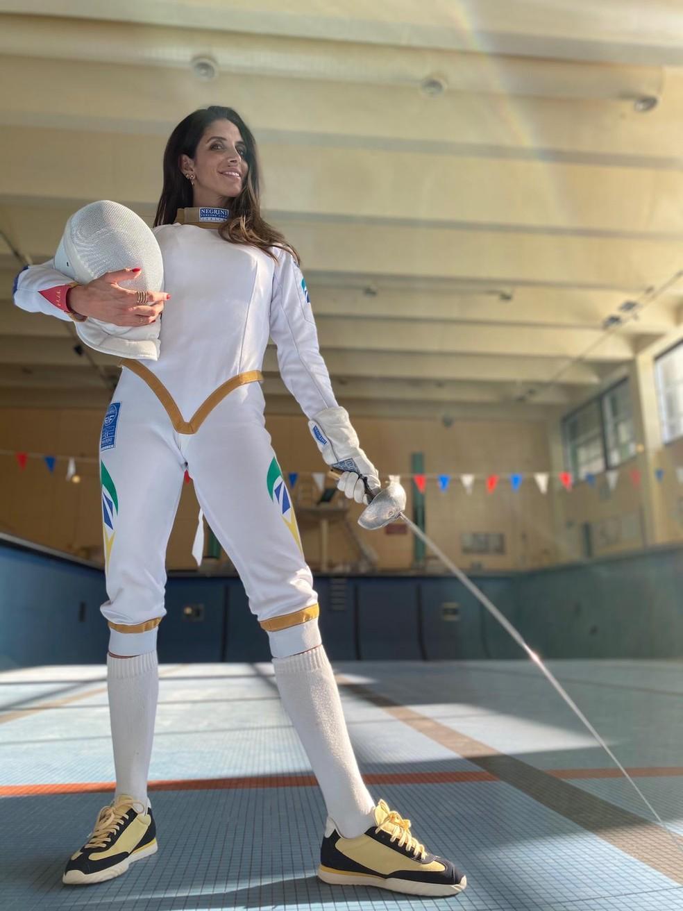 Nathalie Moellhausen veste o novo uniforme de esgrima desenhado por ela mesma — Foto: Divulgação