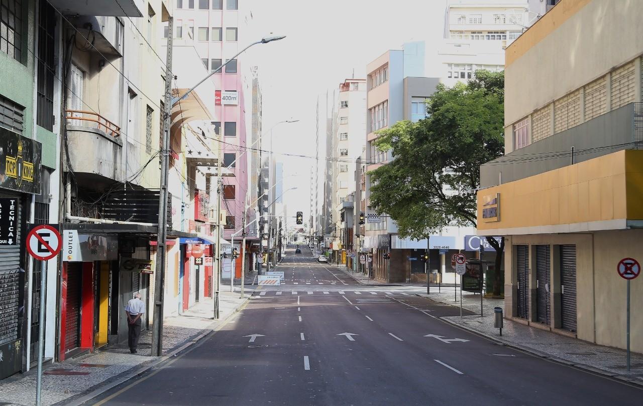Prefeitura de Curitiba determina que mercados, restaurantes e shoppings abram aos domingos apenas para delivery