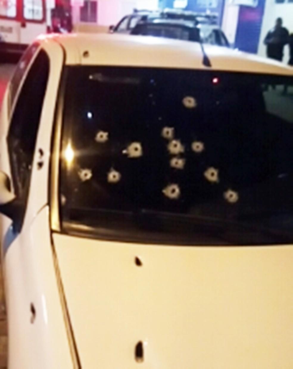 Carro em que Eduardo estava ficou crivado de balas  (Foto: Divulgação/PM)