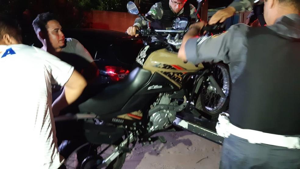 Policiais recuperaram moto roubada pelos criminosos na noite desta terça-feira (17), em Extremoz, na Grande Natal — Foto: Sérgio Henrique Santos/Inter TV Cabugi