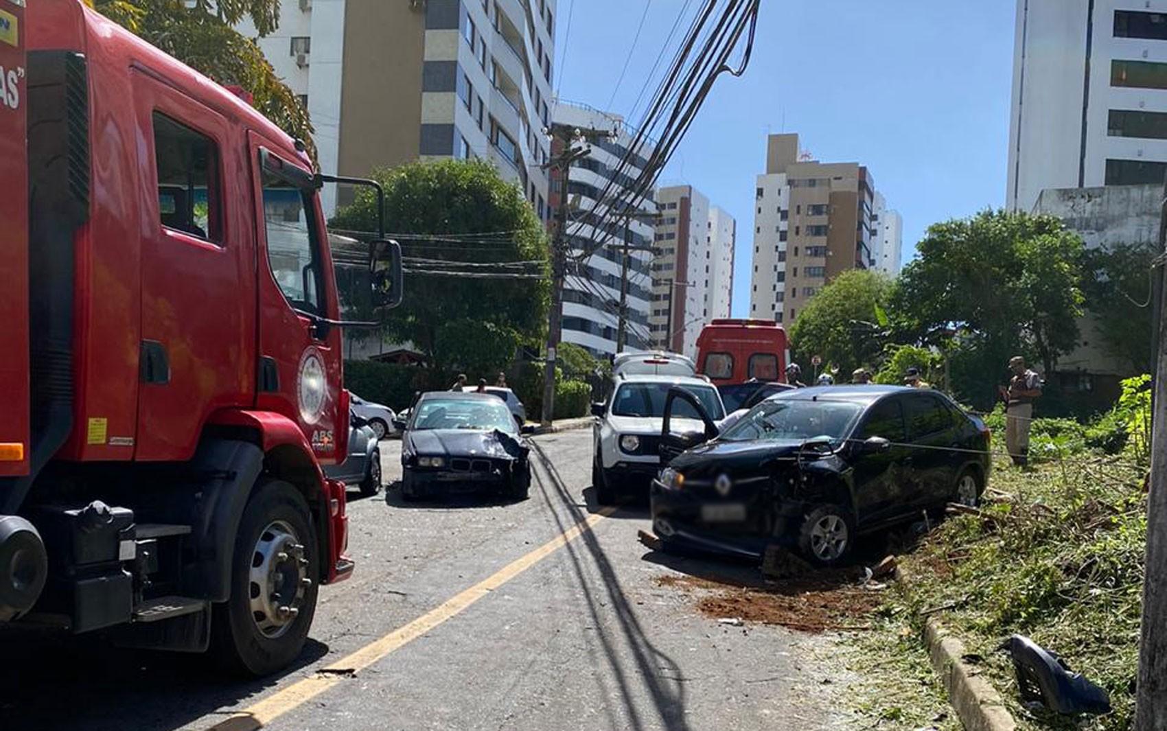 Acidente entre carros em rua da Pituba deixa ferido em Salvador