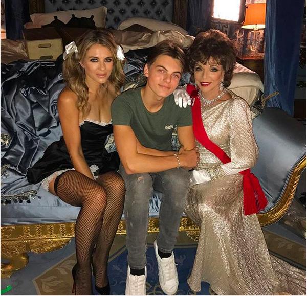 A atriz Elizabeth Hurley com o filho nos bastidores de uma produção (Foto: Instagram)