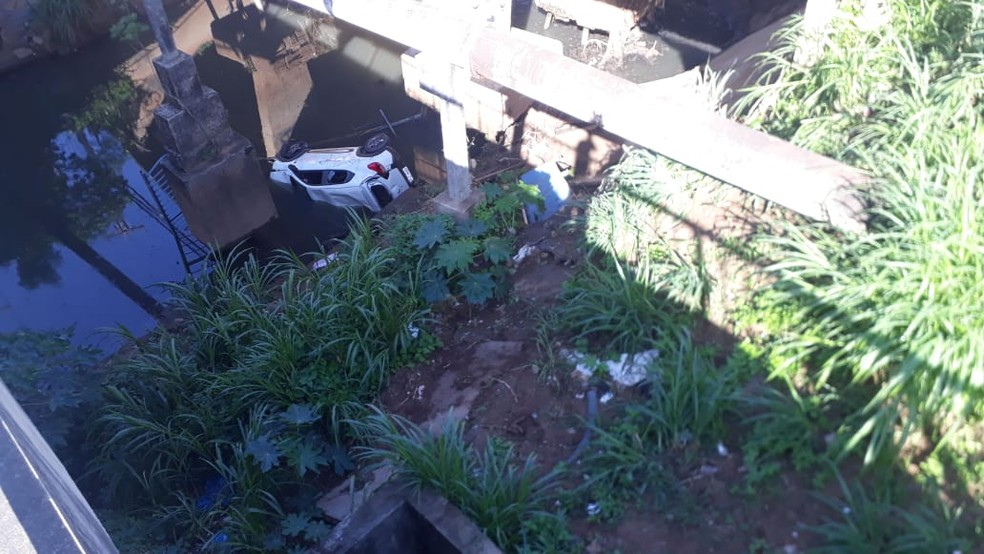 Carro caiu em córrego em Salvador — Foto: Andrea Silva/TV Bahia