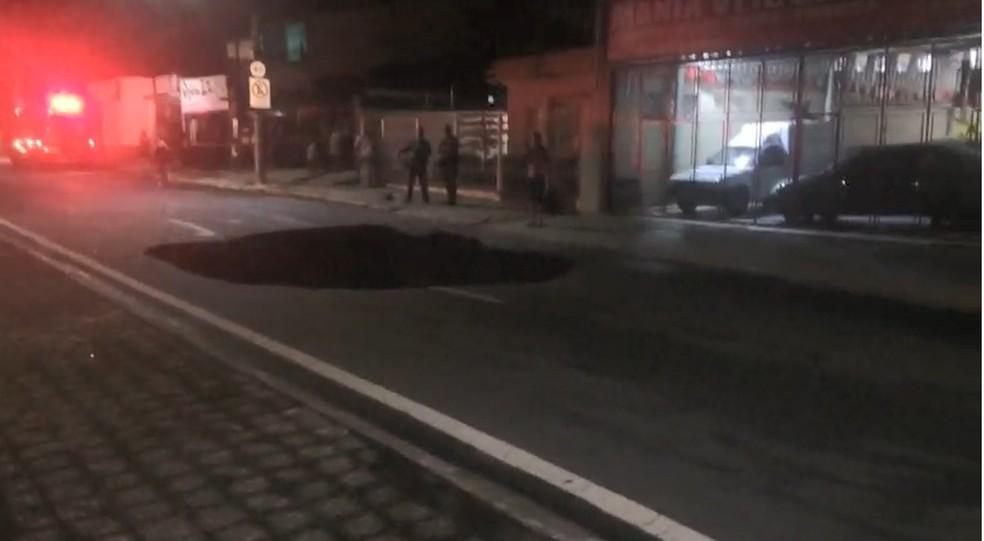 Cratera engole carro e deixa motorista ferida no Centro de Taubaté, SP — Foto: João Mota/ TV Vanguarda