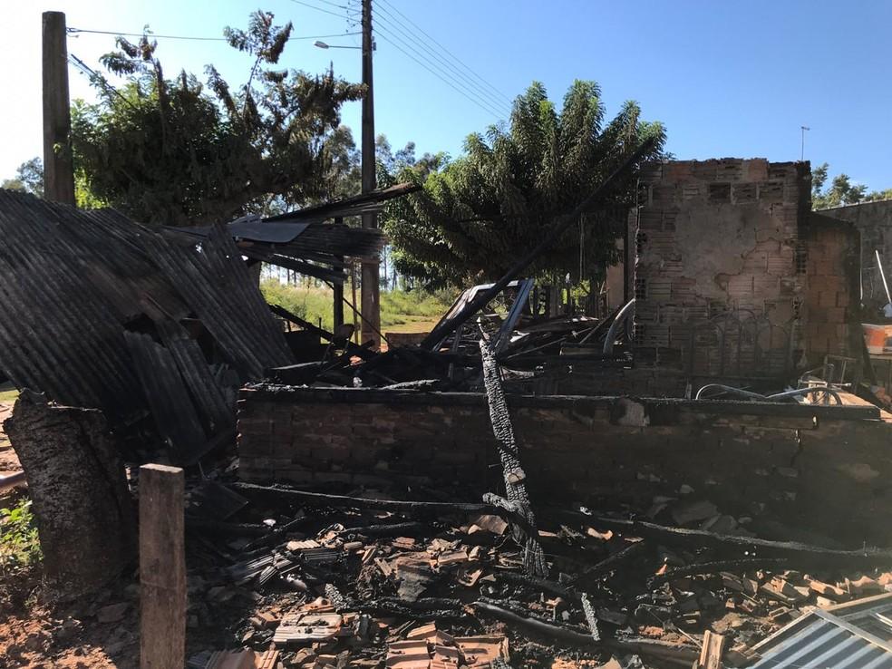 Incêndio destruiu casa de madeira em Adamantina — Foto: Siga Mais