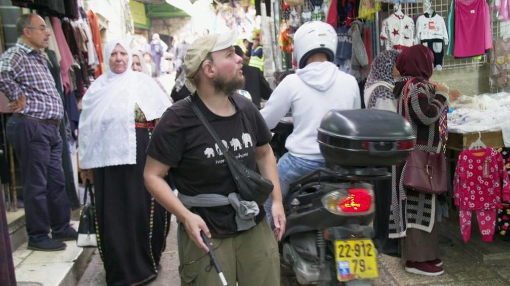 Giles passeia sozinho por mercado de Jerusalém (Foto: BBC)